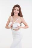 Asien-Frau, die den leeren Kasten aufwirft auf weißem Hintergrund zeigt Stockbilder