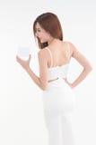 Asien-Frau, die den leeren Kasten aufwirft auf weißem Hintergrund zeigt Lizenzfreies Stockfoto