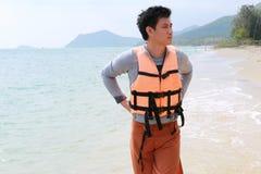 Asien-gutaussehender Mann, der auf Strand geht Lizenzfreie Stockfotos