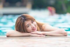Asien härlig kvinna på kanten av simbassängen Arkivfoton