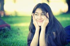 Asien härlig le kvinna som ligger på gräs Royaltyfria Foton
