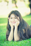 Asien härlig le kvinna som ligger på gräs Arkivbilder