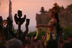 ASIEN INDONESIEN BALI ULU WATU DANSTRADITION Arkivbild