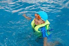 Asien-Junge haben Spaß im Swimmingpool Lizenzfreies Stockfoto