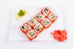 asien Kalifornien rollt mit Aal auf einer weißen Platte auf einer Weißrückseite Lizenzfreies Stockfoto