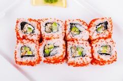 asien Kalifornien rollt mit Aal auf einer weißen Platte auf einer Weißrückseite Stockfotos