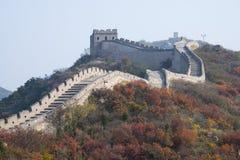Asien Kina, Peking, badaling medborgare Forest Park, den stora väggen, röda sidor Royaltyfri Foto