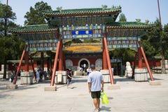 Asien Kina, Peking, Beihai parkerar, trädgårds- landskap för sommar, båge, Arkivfoto