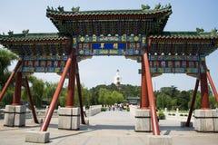 Asien Kina, Peking, Beihai parkerar, trädgårds- landskap för sommar, båge, Arkivbilder