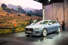 Asien Kina, Peking, internationell utställning för bil 2016, inomhus mässhall som automatiseras köra teknologiproduktionbilar Arkivbild