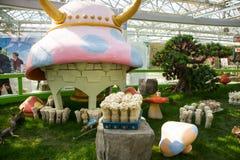 Asien Kina, Peking, jordbruks- karneval, inomhus mässhall, tecknad filmchampinjonhus, Royaltyfria Bilder