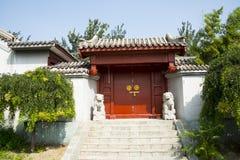 Asien Kina, Peking, kinesiskt kulturellt parkerar, antika byggnader, borggården, dörr Arkivfoton