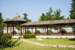 Asien Kina, Peking, kinesiskt kulturellt parkerar, antika byggnader, den runda paviljongen, den långa korridoren Arkivbild