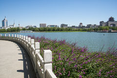 Asien Kina, Peking, lotusblommadammet parkerar, Lakeview, västra järnvägsstation för Peking Arkivbild