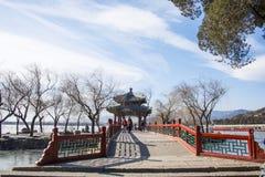 Asien Kina, Peking, sommarslotten, arkitektur och landskap, paviljongbro Arkivfoton