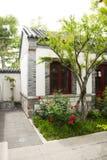 Asien Kina, Peking, trädgården, antikviteten, byggnader, inhyser, trädgårdar, grå färger, tegelsten, tegelplattan, vit, väggen, m royaltyfria bilder