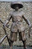 ASIEN KINA SHENZHEN bronsstaty av en man i shekoufiskeport Royaltyfri Fotografi