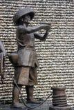 ASIEN KINA SHENZHEN bronsstaty av en man i shekoufiskeport Royaltyfria Bilder