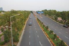 ASIEN, KINA, SHENZHEN, den breda och obehindrade stadshuvudvägen Royaltyfri Foto