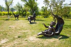 Asien Kina, Wuqing, Tianjin, grön expo, landskapskulptur som ligger på sidorna av barnet Royaltyfri Bild