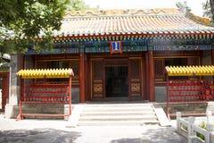 Asien kines, Peking, Beihai parkerar, den kungliga trädgården, olika sorter av byggnader, rött välsignelsemärke Royaltyfri Bild