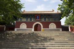 Asien kines, Peking, Beihai parkerar, forntida byggnader, tempel, port, Arkivfoto