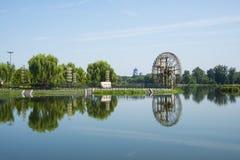 Asien kines, Peking, Jianhe Parkï ¼ ŒLakeview, väderkvarn Royaltyfri Fotografi