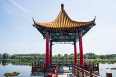 Asien kines, Peking, Jianhe parkerar, den röda paviljongen Royaltyfria Bilder