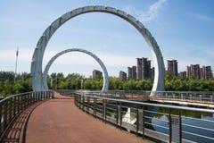 Asien kines, Peking, Jianhe parkerar, landskapsarkitektur, järnvägsbro, Royaltyfri Bild