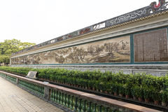 Asien kinesisk klassisk lång målningvägg i orientalisk stil med kinesiska tecken, traditionell målning och modellen i Kina Royaltyfria Bilder