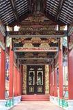 Asien kinesisk traditionell korridor med Kina den gamla klassiska modellen och designen, gång med orientalisk pittoresk forntida  Arkivfoton