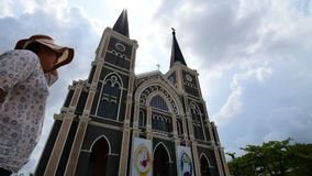 Asien kvinnaanseende på Roman Catholic Diocese, Timelapse stock video
