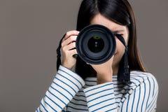 Asien kvinnligfotograf Arkivfoto