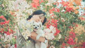 Asien kvinnor och krama för leende för hund lyckligt Royaltyfri Foto