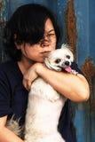 Asien kvinnor och lyckligt krama för hund med behållaren Royaltyfria Foton