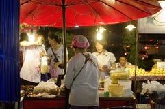 Asien loppmarknad på natten, lokal materfarenhet royaltyfri fotografi