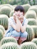 Asien-Mädchen auf dem Kaktusgebiet Stockfotos