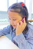 Asien-Mädchen, das Telefon verwendet Lizenzfreie Stockfotos