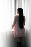 Asien-Mädchen, welches das Fenster bereitsteht Lizenzfreies Stockbild