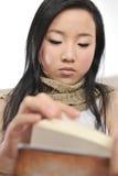 Asien-Mädchenlesebuch Lizenzfreies Stockfoto
