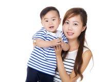 Asien-Mutter und Sohnporträt stockfotos