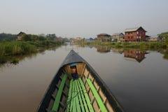 ASIEN MYANMAR NYAUNGSHWE SOM SVÄVAR TRÄDGÅRDAR fotografering för bildbyråer