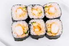 asien Rolls mit Garnele auf einer weißen Platte auf einem weißen Hintergrund Lizenzfreies Stockfoto