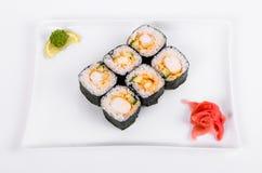asien Rolls mit Garnele auf einer weißen Platte auf einem weißen Hintergrund Stockfotografie