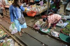 ASIEN THAILAND BANGKOK MAEKLONG JÄRNVÄG Arkivfoton