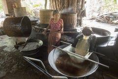 ASIEN THAILAND SAMUT SONGKHRAM GÖMMA I HANDFLATAN SOCKER Arkivbild
