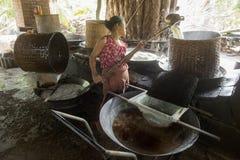 ASIEN THAILAND SAMUT SONGKHRAM GÖMMA I HANDFLATAN SOCKER Arkivfoto