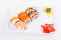asien Tokyo rollt mit Garnele, Aal und Lachsen auf einer weißen Platte O Lizenzfreie Stockfotos