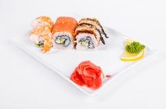 asien Tokyo rollt mit Garnele, Aal und Lachsen auf einer weißen Platte O Stockfotografie
