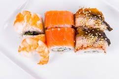 asien Tokyo rollt mit Garnele, Aal und Lachsen auf einer weißen Platte O Stockbilder